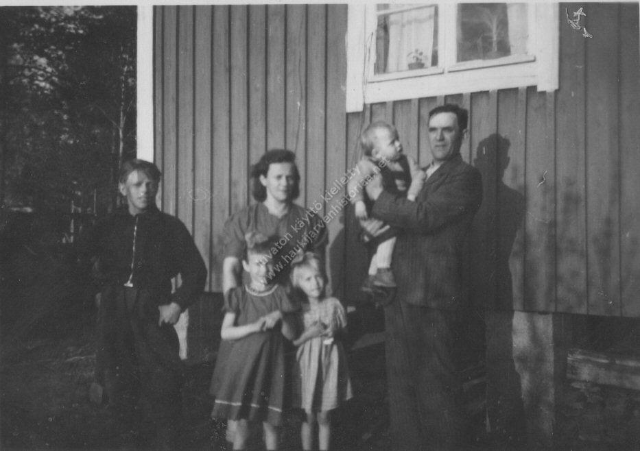 Esteri ja Oskari Virtanen sekä lapsista  nuorimmat