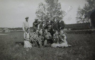 Kuvassa Haukijärven nuorisoa sodan jälkeen. Takana näkyy Rintalan rakennuksia.