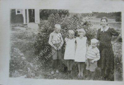 Kuvassa Hilda Raisvuo lapsineen. Kuva on otettu perheen asuessa Hiirikalliolla. Kuvan omistaa Leila Niemenmaa.