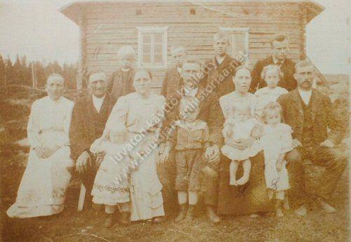 Mustajärven perhettä talon edustalla