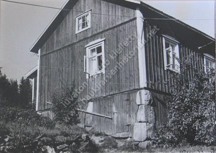 Vuoren talo. Kun kyläläiset halusivat Laina Vuoren ottavan postinhoitajan tehtävän, rakensivat he taloon uuden kuistin ja sen yhteyteen postihuoneen. Kuvan omistaa Pirkko-Liisa Murtola.